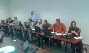Prokurátori a prokurátorky si skúšajú diktovanie do systému APD (v pozadí informatik Krajskej prokuratúry Nitra)