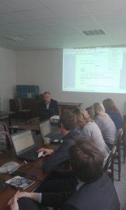 Ing. Milan Rusko, PhD. vysvetľuje účastníkom školenia funkcie grafického rozhrania softvéru APD
