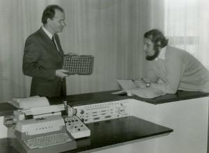 doc. Ing. Ivan Plander, CSc. (vľavo) a Ing. Ivan Kočiš, CSc. pri funkčnej vzorke RPP-16 v ÚTK SAV v roku 1973